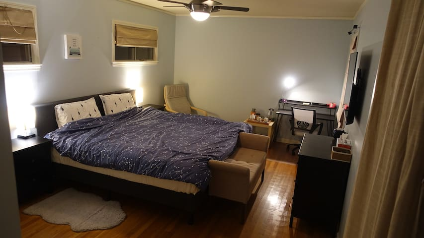 Cozy & Private Master En-suite w/ King size bed.