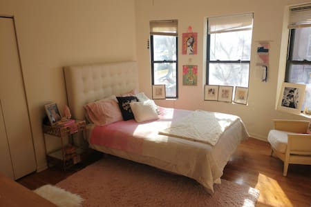Large vintage inspired room in the heart of Logan