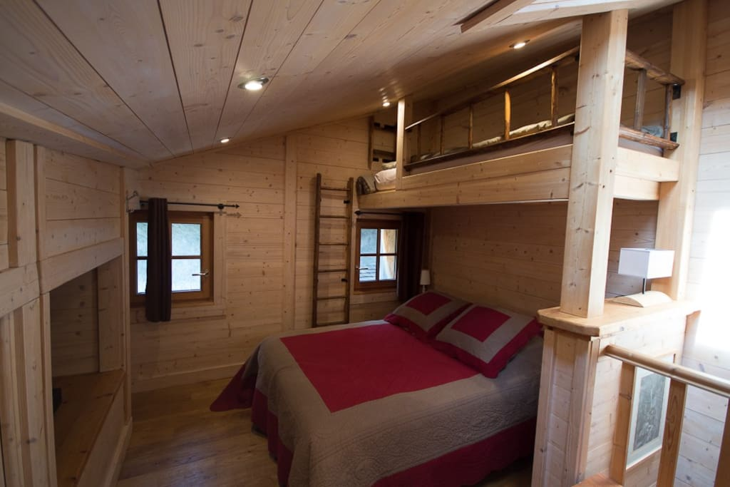 Deuxième étage avec une mezzanine, un lit double, un lit simple, une Tv et des rangements
