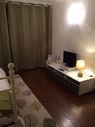 Single room in cosy, family home. - Harlow - Hus