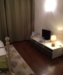Single room in cosy, family home. - Harlow - Huis