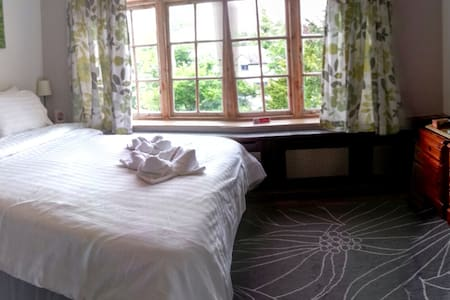 Room 3 at Rosemead Guest House - Claygate - Bed & Breakfast - 1