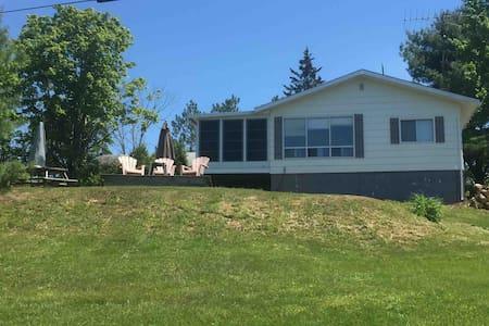 "Lakefront Cottage""The Hen House"" -Parry Sound Area"
