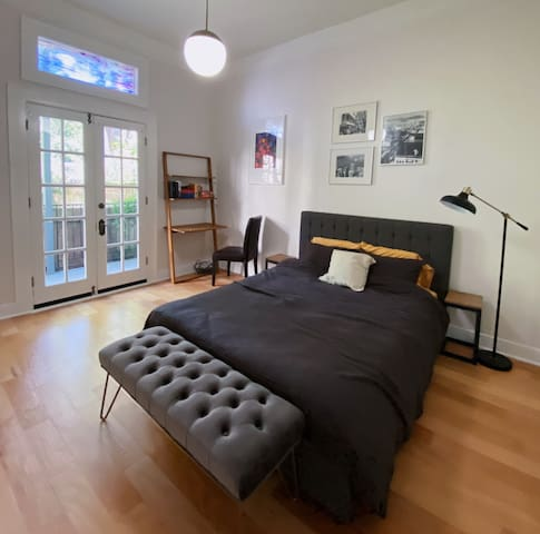 Spacious Victorian Room w/ Balcony in the Mission