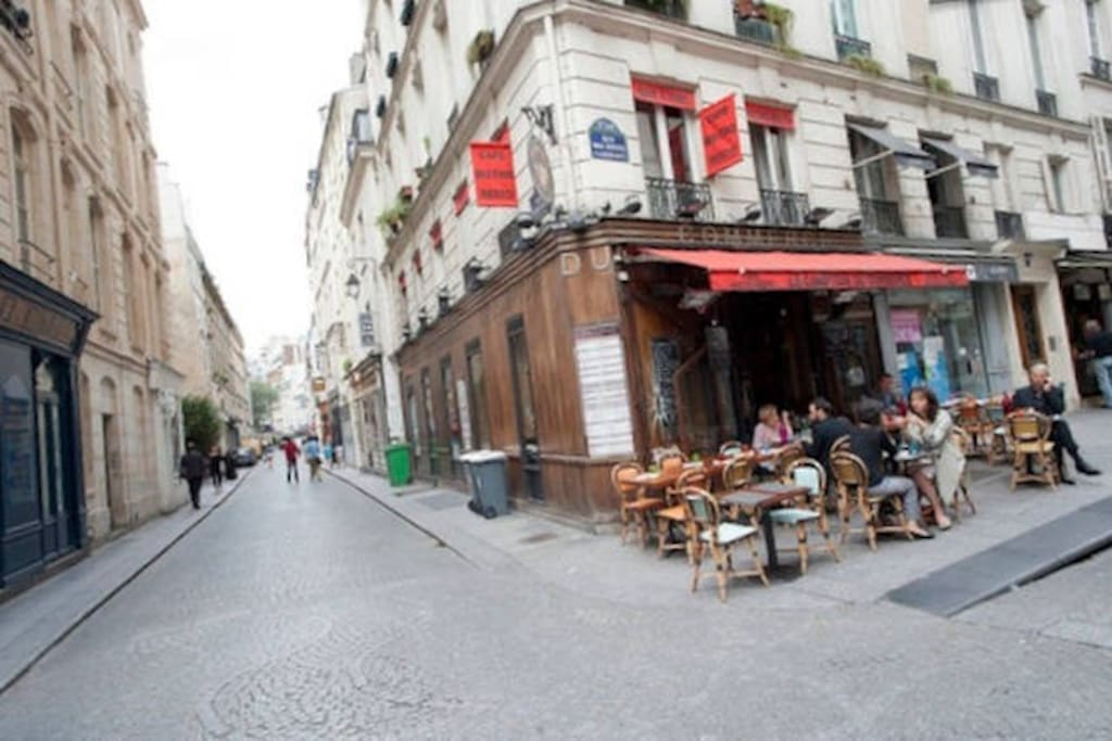 BOOKING. Studio Paris - Café de Commerce à l'angle de la rue - Café de Commerce at the corner of the street - Торговля кофе на углу улицы