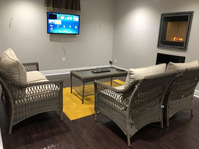1 Bedroom Luxury Basement, Sep Enter , Max 2 Guest