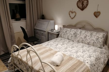 Sunny Room in  Maidenhead near Smae Institute