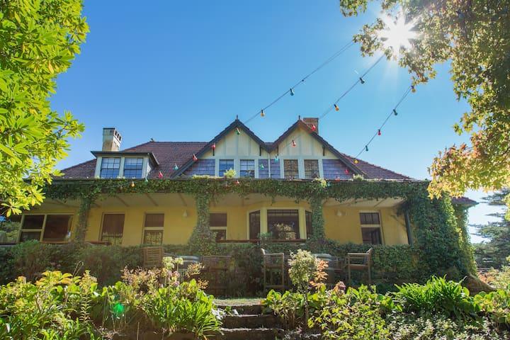 Romantic heritage apartment in central Leura!