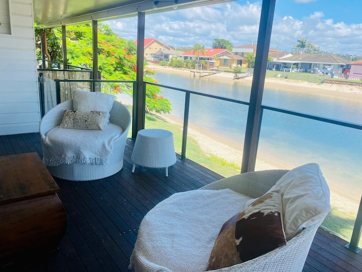 Waterfront Villa in Palm Beach 300m to surf beach