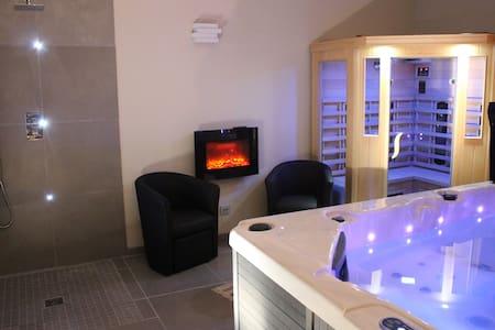 Maison avec piscine,  jacuzzi et sauna privatifs.