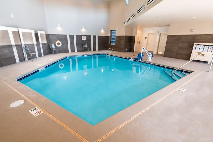 Indoor Pool + Hot Tub + Free Breakfast | Suite with Roll-in Shower Close to Kootenai Health