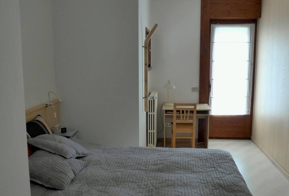 Separates Schlafzimmer mit Doppelbett und Arbeitsplatz