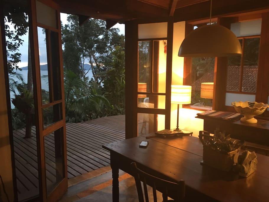 Sala de jantar com abertura para o deque
