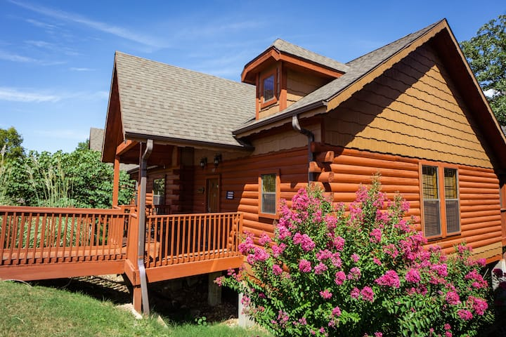 2 Bed, 2 Bath Cabin w/ Jetted Tub