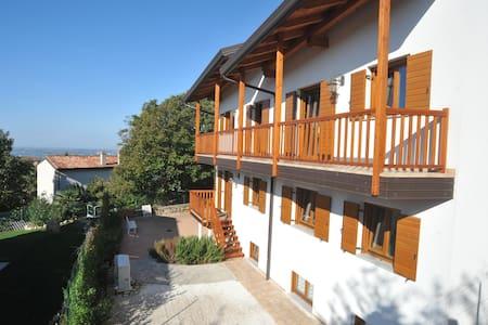 Camera in splendida casa ecologica sul Carso - Duino - บ้าน