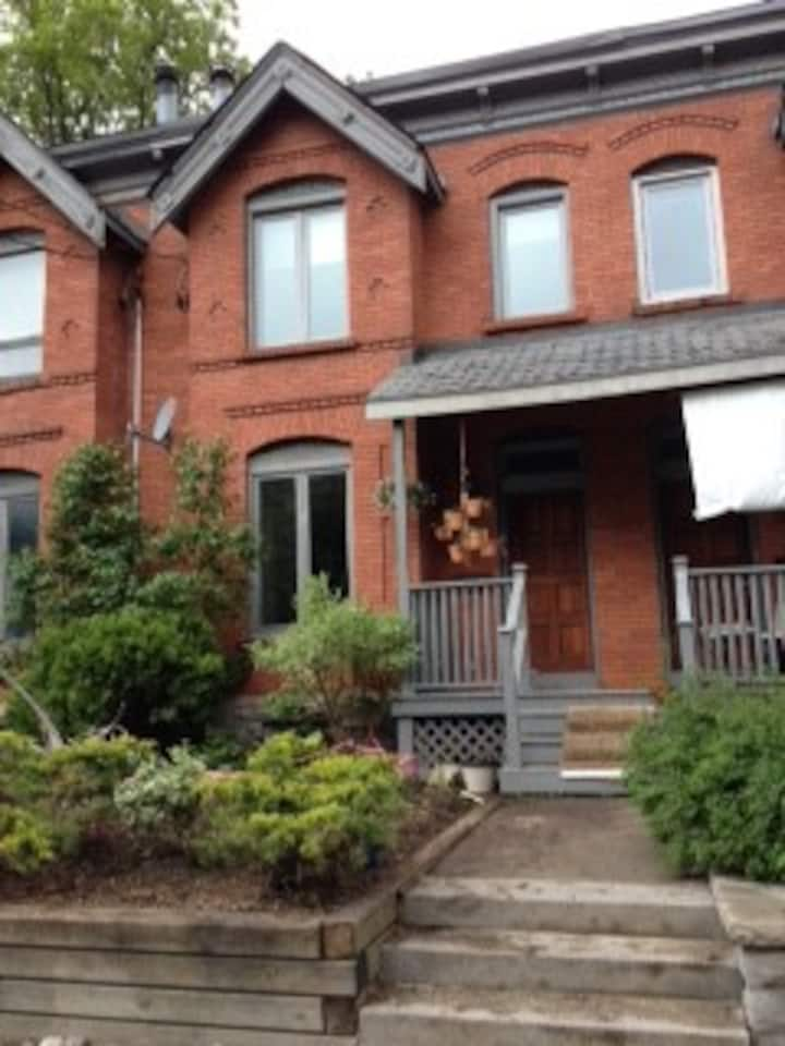 2 bedroom rowhouse in Glebe neighbourhood
