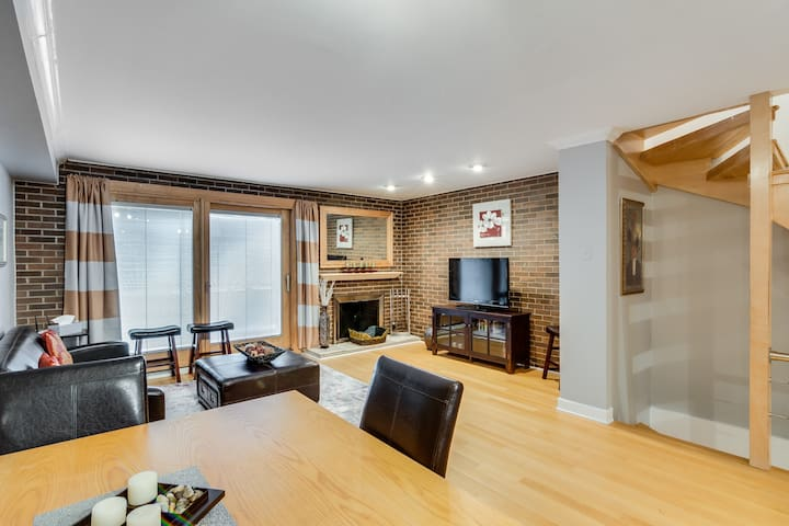 3 Level Lincoln Park Townhouse with 4 Beds!