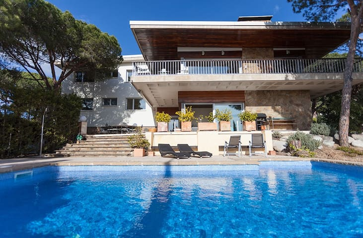 ROMANI - SPACIOUS AND INTIMATE - Villa for seventeen people with garden swimming pool paddle wifi parking