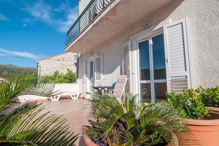 Relax studio in quiet area,large terrace,300m from the beach,parking,free WI-FI