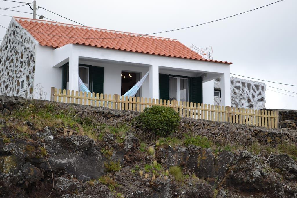 Fachada da casa vista de outro ângulo