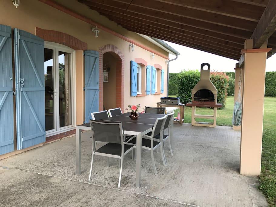 Terrasse ombragée avec barbecue et plancha