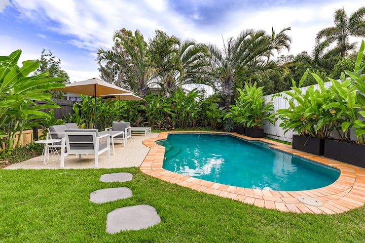 Moffat Beach bungalow with pool
