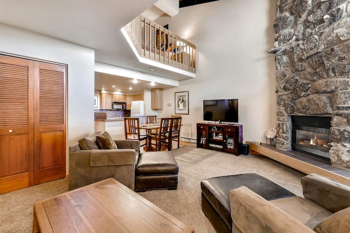 Studio Loft w/ 2 Bathrooms, Steps from the Resort, close to downtown city bus! - Steamboat Springs - Condominium