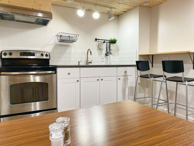 Cozy 1 Bedroom Suite close to Airport and Downtown