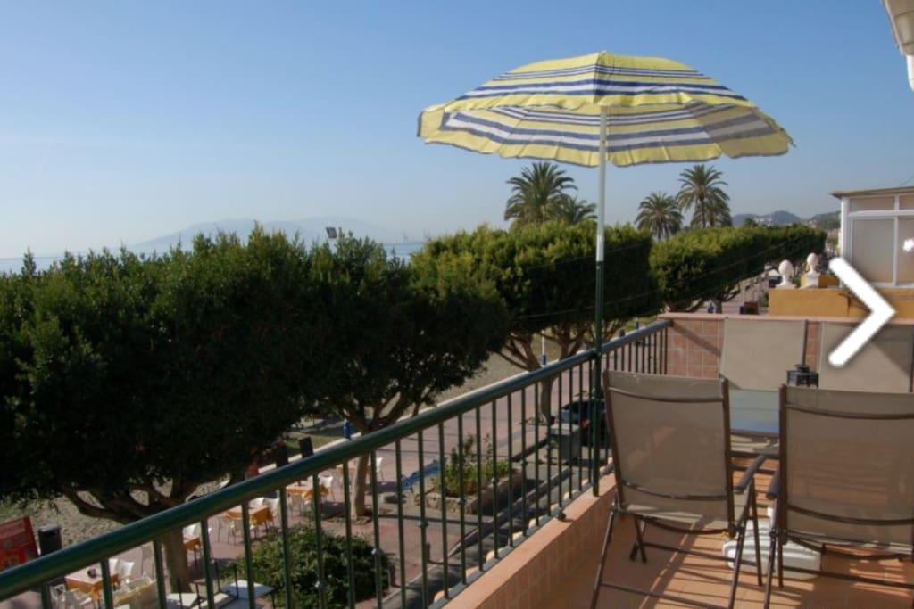 Terraza con mesa y sillas. Muy soleada y vistas