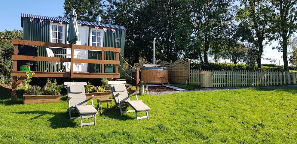 A lovely secluded Shepherd's Hut with hot tub