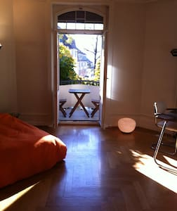 Spacious room with balcony - Zürich - Apartment