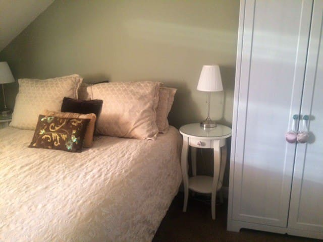 Beautiful Lge Rm, KS bed, 10 min from city centre.