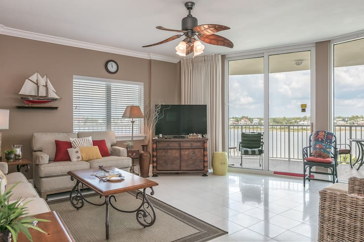 Coastal condo w/ bay views, luxurious layout, shared pools, gym, grill area