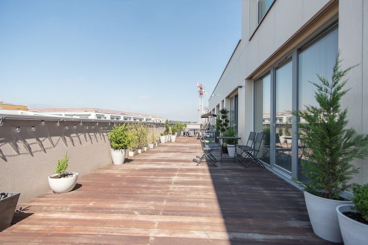 Large terrace one bedroom apartment with parking by easyBNB