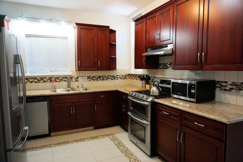 Modern Kitchen, Gas Range, Dishwasher