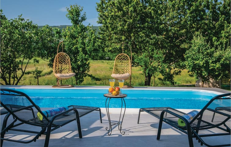 Holiday cottage with 3 bedrooms on 115m² in Prolozac Donji