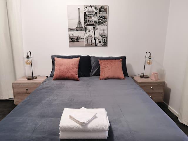 Spacious 4 bedroom CBD apartment & WiFi