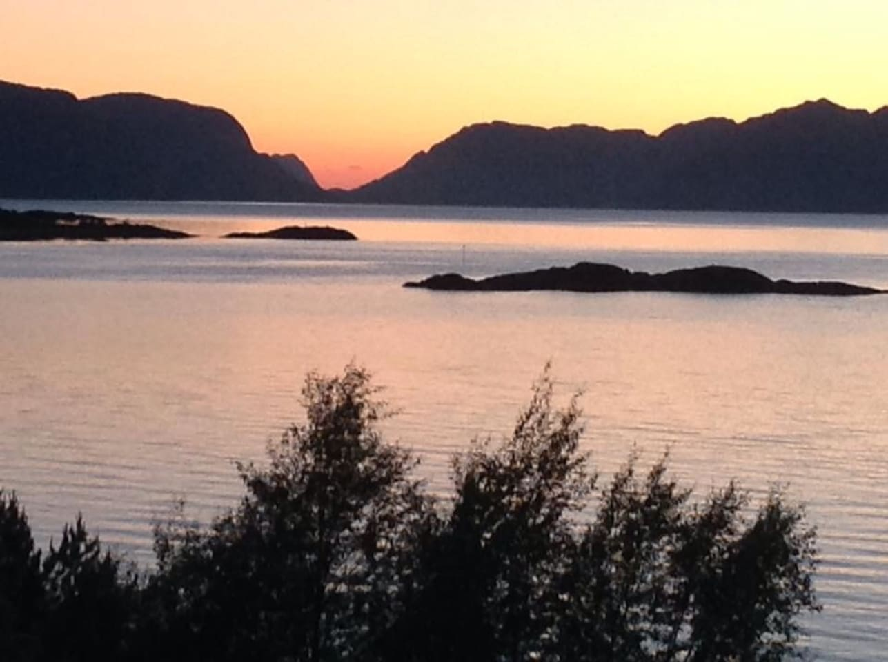 Solen går ned ca 23- tiden. In the summer the sun sets at around 2300 hrs.