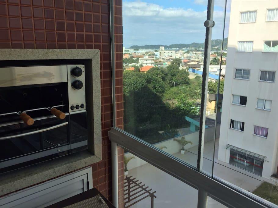 Churrasqueira na varanda / Asador en el balcón / Gas grill at balcony