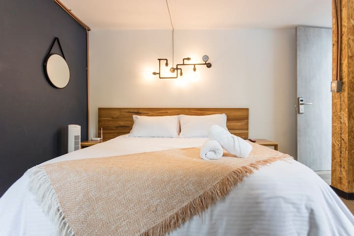 Tu cama queen muy cómoda. Tu loft completamente equipado // Your comfortable queen bed. Your fully equipped loft