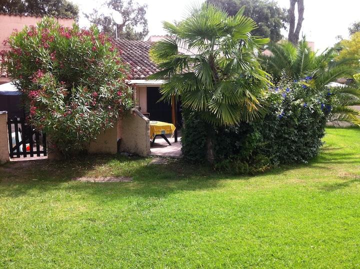 villa dans un parc de 9ha et piscine privée.