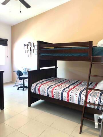 Recámara no. 3 Cuenta con 2 literas:  con 2 camas matrimoniales y 2 camas individuales. Baño completo con regadera, WC, espejo, lavabo y vestidor amplio.