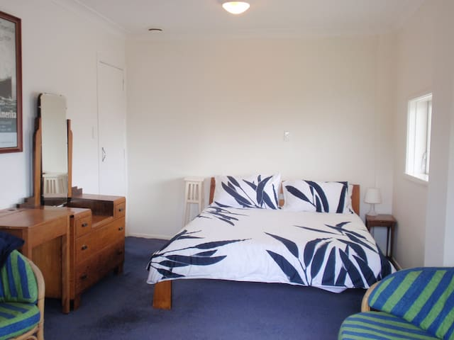 Central Auckland private bedroom/bathroom/entrance - Auckland