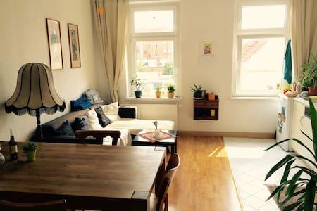 Spacious guest room in the hippest neighborhood - Leipzig - Apartament