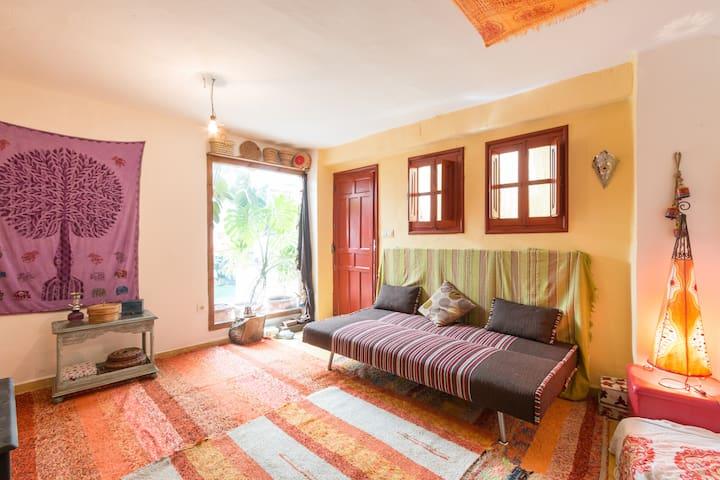 Habitación con chimenea y vistas al jardín. - Granada - Casa