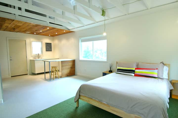Modern, private guest house with WiFi, kitchenette, and private entrance!