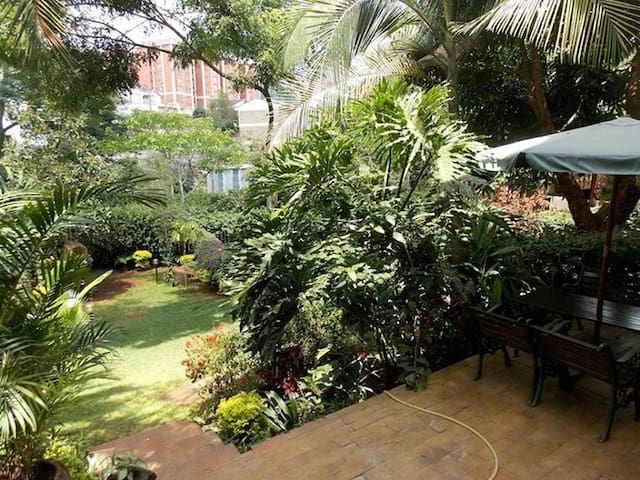 Cozy private room in Kilimani with lovely backyard - Nairobi - Stadswoning