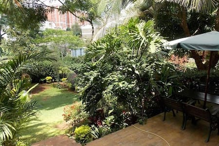 Cozy private room in Kilimani with lovely backyard - Nairobi