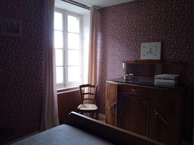 Chambre 2 (vue jardin) : 1 lit 140