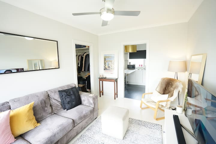 Cosy 1 bedroom  unit in Henley Beach with parking